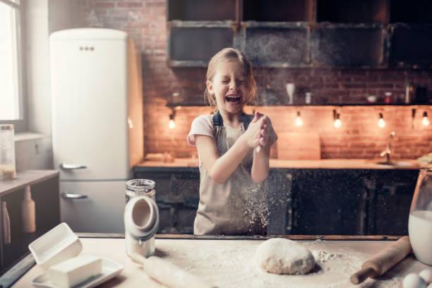 niña preparando pizza