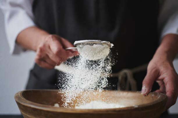 tamizando la harina candeal