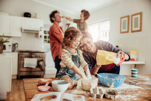 familia cocinando con harina
